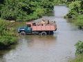 Vrachtauto wordt gewassen in de rivier