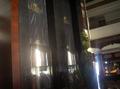 Grote banner utopia aan de lift