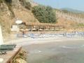 De strandbar met links de keuken waar ze pizza's maken