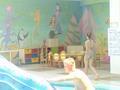 kleine stoeltjes en tafeltjes, ook de muren zijn heel knap geschilderd