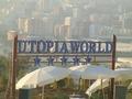 Bord Utopia met Mahmutlar op achtergrond