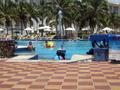 Het zwembad aan het hotel